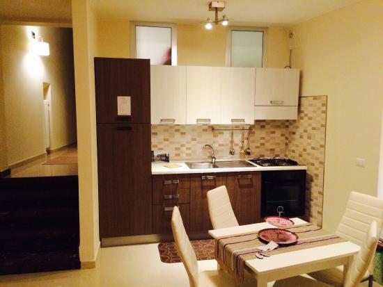 Zona living con cucina dotata di stoviglie e pentolame. Tv lcd e ...