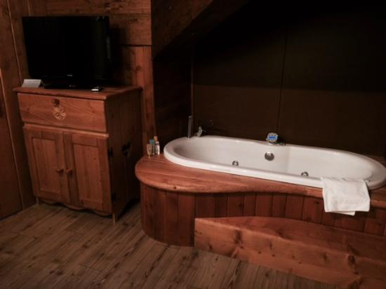 Limone Palace Aparthotel : Suite in de new building with jacuzzi in bedroom :-)