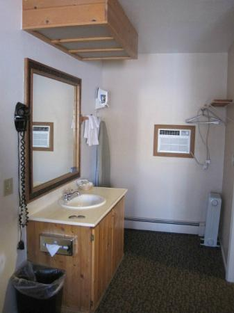 Chama River Bend Lodge: sink/mirror