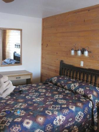 Chama River Bend Lodge: queen sized bed