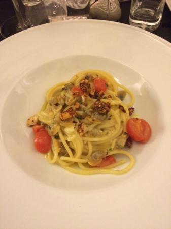 Castel San Pietro Terme, Italië: Spaghetti aglio, olio, peperoncino, vongole e zafferano
