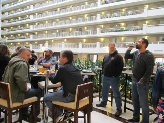 Embassy Suites by Hilton Alexandria-Old Town: Gathering area