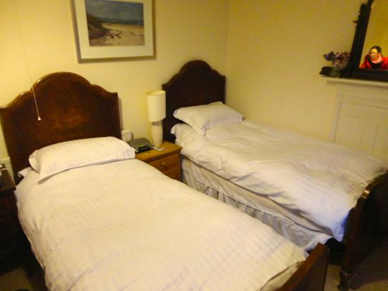 The Kings Arms Paul : Cosy twin room with vintage furniture