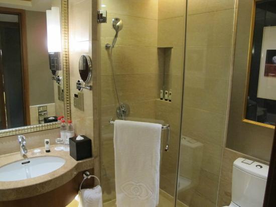 Sofitel Harbin : bathroom with bathtub