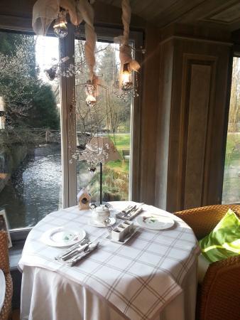 Hotel Le Moulin: petit déjeuner au bord de la rivière