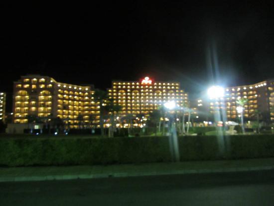 DIT Majestic Beach Resort : Hotel in de avond
