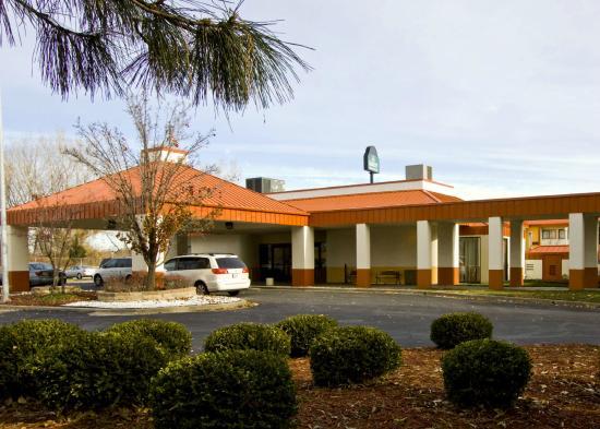 كواليتي إن آند سويتس كنساس سيتي أي - 435 إن بالقرب من المجمع الرياضي: Hotel Front Entrance