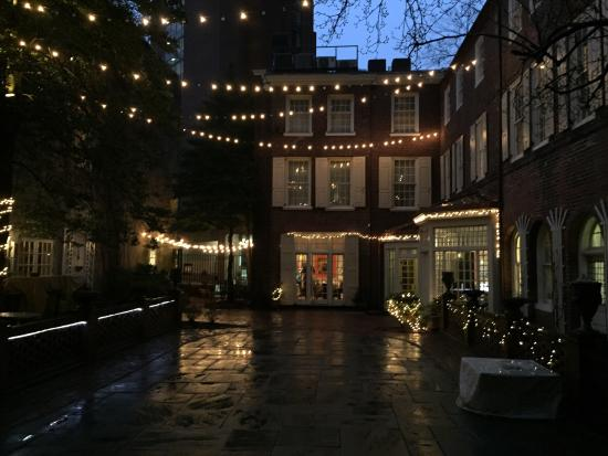 Morris House Hotel: Courtyard