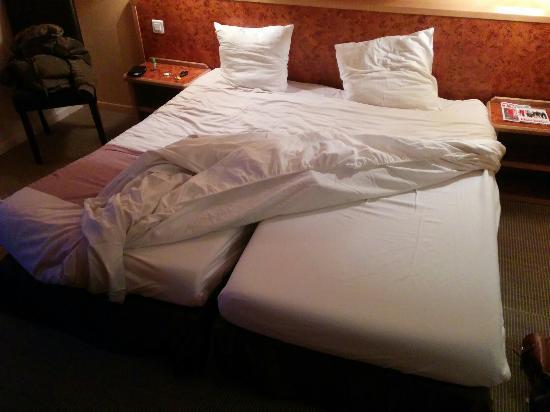 Hotel Le Biarritz : Grand lit qui n'est en réalité que 2 lits simples collés.