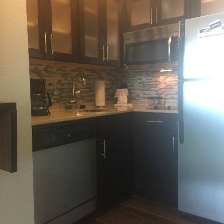 Staybridge Suites Stone Oak: Fully stocked kitchen