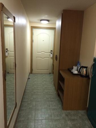 King Royal Garden Inn: 719号室。その3。 ベッド側から、ドアに向かって撮影。かなり広い。