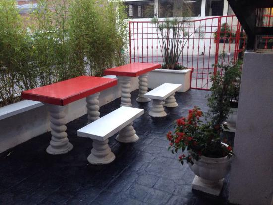 Daily Grind has opened a  pretty new garden behind the counter. There are tables and benches to