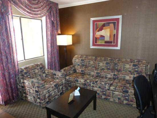 Best Western InnSuites Yuma Mall Hotel & Suites : Living room of the suite