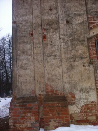 Стены церкви еще помнят войну