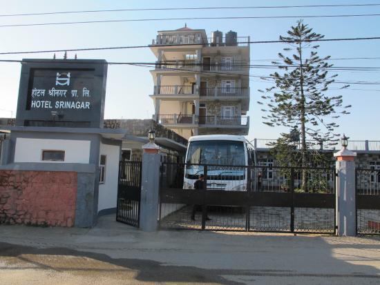 Hotel Srinagar: Hotellet med tagterasse i baggrunden