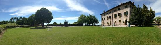 Sona, Włochy: il giardino davanti