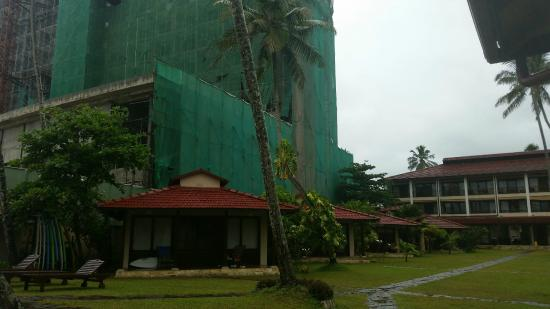 Weligama Bay Resort: Building work next to the hotel