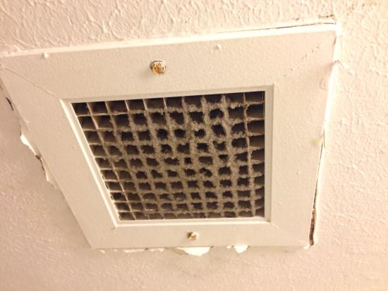 Econo Lodge - Jacksonville: Air vent in bathroom