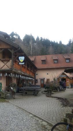 Hotel Auberge du Melkerhof : vue  de l'auberge du parking
