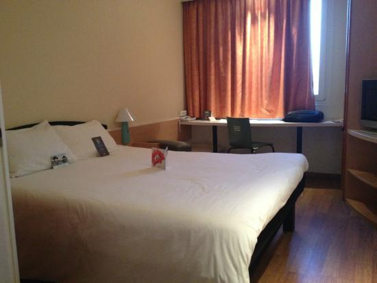 Ibis Sevilla: La habitación, colchón magnífico.