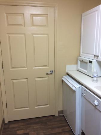 Extended Stay America - Orlando - Lake Buena Vista: Porta do banheiro com acesso direto à cozinha