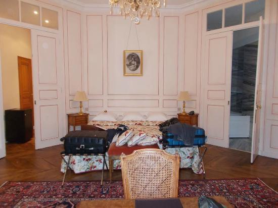 Château de Locguénolé : Bed, with bathroom on right.