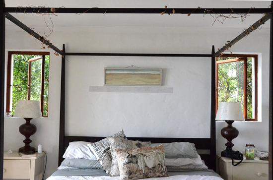 Stone Cottage: Big beautiful bed.