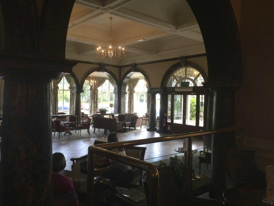Cairn Hotel: Sumptuous entrance lounge