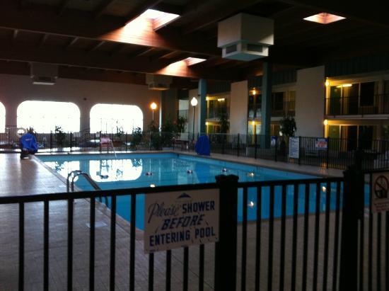 Quality Inn & Suites: Inside pool