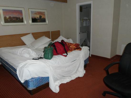 Days Inn Olathe Medical Center: lots of pillows
