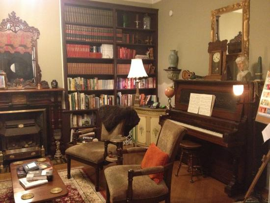 Secret Garden Bed & Breakfast Inn : Reading room