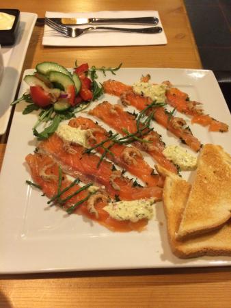 Hotel Cafe Restaurant de Tjattel : Een zalig voorafje; graved lachs met garnaaltjes, ravigotesaus, geserveerd met toast en boter...
