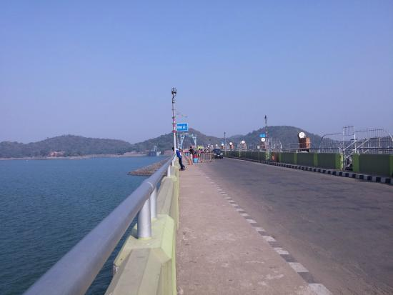 Dhanbad, India: Cab-way over the dam