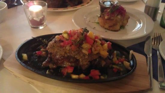 Restaurant Wohnzimmer Rump Steak Ca350g Mit Kruterkruste Und Gebratenem Gemse Kartoffelgratin