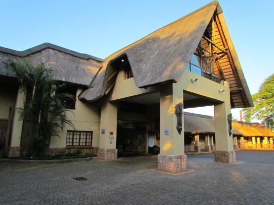 Anew Hotel Hluhluwe & Safaris: Main entrance/porte cochere