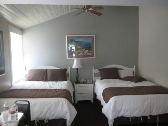 Glenmore Plaza Hotel: Room with double beds.