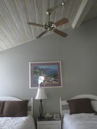 Glenmore Plaza Hotel : Slanted ceiling.