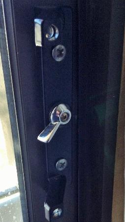 Courtyard Rockford: Where is the door handle?