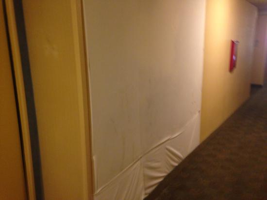 Quality Inn & Suites Hermosa Beach: Space in wall covered by bed sheet