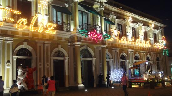 Government Palace: Vista del palacio de noche