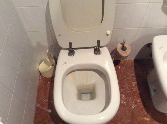 Segni evidenti di ruggine nella tazza del bagno foto di crystal hotel trapani tripadvisor - Tazza del bagno ...
