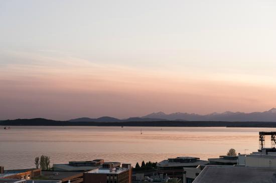 Mediterranean Inn: Rooftop Deck View at night!