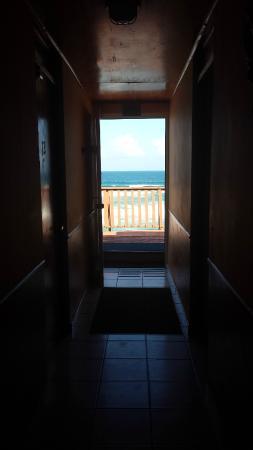 Ocean Front Hotel & Restaurant: corridor to get to the terrace