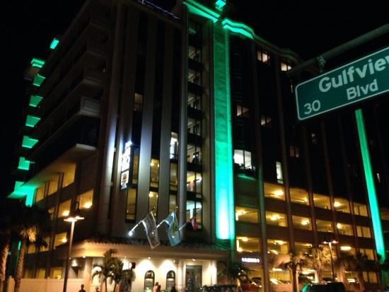 Pier House 60 Marina Hotel : By night