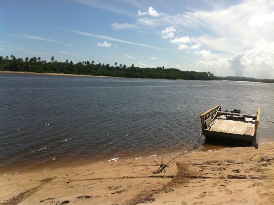 Passo de Camaragibe, AL: Rio Camaragibe e uma das pequenas  balsas para sua travessia.