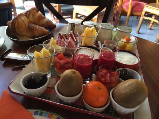 LA CHAUMIERE ROZ AVEN : Petit déjeuner ... Frais et fait maison!!!