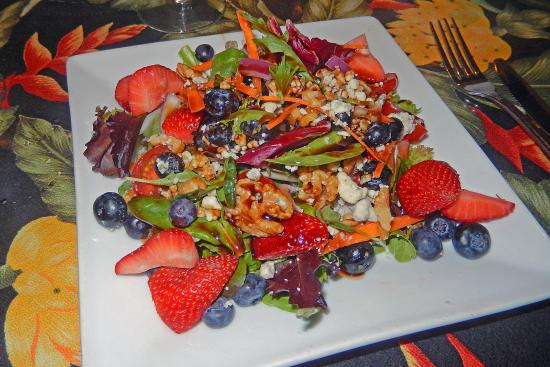 Kaleo's Bar & Grill: Strawberry and blueberry salad.