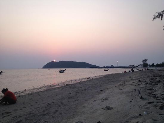 Charm Beach Resort: Sunset view from beach