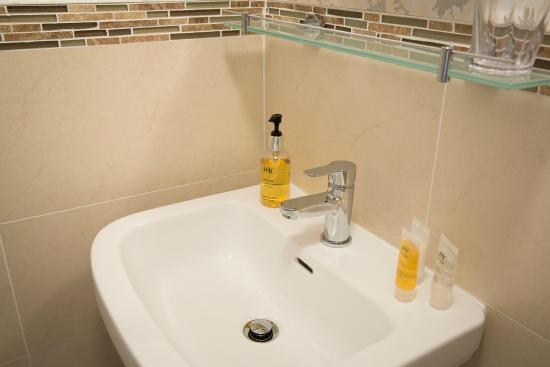 Bramwood Guest House: Room 4 Shower Room