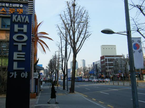 Benikea Kaya Tourist Hotel: 写真の向きに2駅歩けばソウル駅です